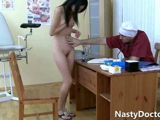 Velho gynecologist e um gira asiática jovem grávida