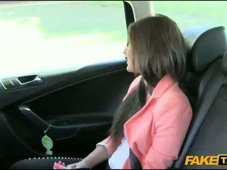 Ładne amatorskie brunetka dziewczyna nailed przez fake driver