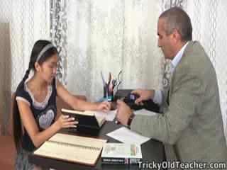 Šī aziāti studente ir loving the uzmanība no viņai privātskolotājs