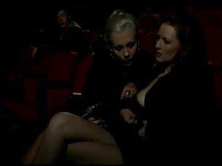 Alduterio italiano 应有 ragazze al 电影院