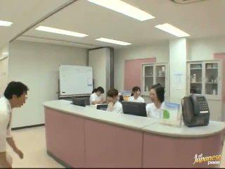 不錯 日本語 護士 gives 一 stroking 到 該 病人