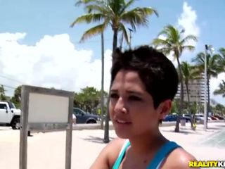 Sexy latina pollastrella abby raccogliere su un sexy dyde