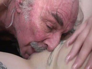 Porner premium: amatör kön film med en gammal människa och en ung slampa.