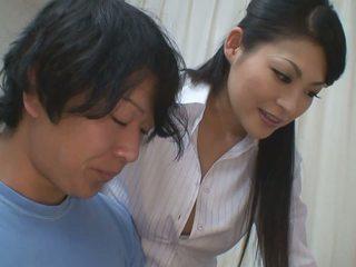 Djalë gets më shumë se ndihmë për e tij studies nga nxehtë mësues vogëlushe