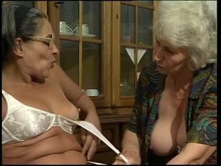 Two vieille toying leur propre chatte!