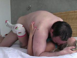 חמוד נוער מזוין על ידי a מלוכלך ישן אדם