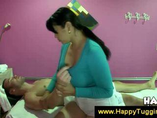 Hot asia masseuse offers a digawe nggo tangan