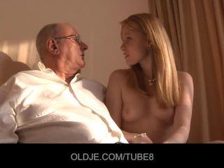 Възбуден червенокоси момиче gets а секс продажба от an oldje