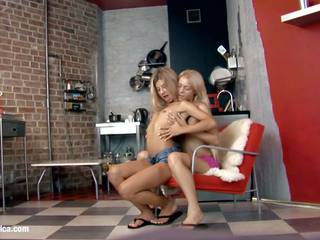 性感 女同志 chiara 和 anya engage 在 一 熱 twosome 上