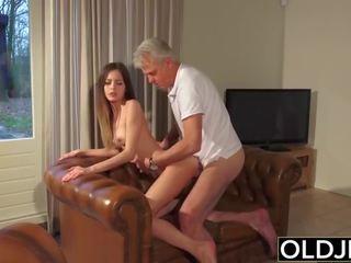 古い と 若い ポルノの - ベビーシッター プッシー ファック バイ 古い 男 と swallows 精液