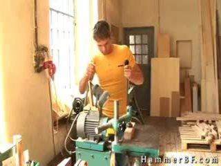 Two maskin workers making ut av hammerbf