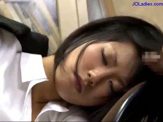 Zyrë zonjë duke fjetur në the karrige getting të saj gojë fucked licking guy kokosh në the zyrë