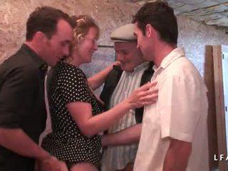 Mature francaise se fait demonter le cul en gangbang