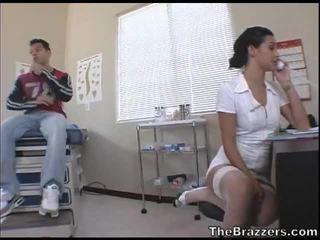 Secy pielęgniarka treats jej pacjent