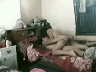 Indonesiano cameriera con suo pakistano boyfriend
