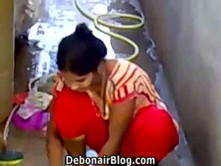 Seksi desi babe washing clothes menunjukkan belahan ca