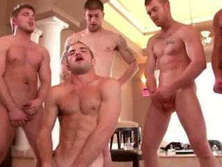 Bene built studs enjoying un gay orgia