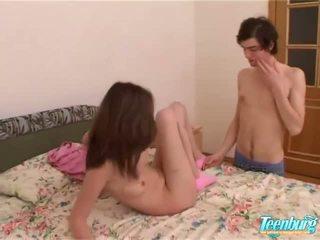נערה gets מזוין ב a ארוך חצאית ב מצלמת