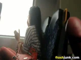 Caralho flashing enquanto a montar em o comboio