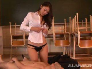Reiko kobayaka daro iš nearby jos vyras ir licks jo meat lazda