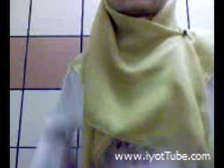 Muslim tiener vingeren poesje op douche kamer