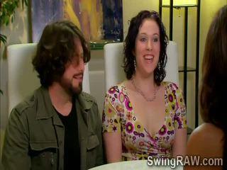 Свінгер couples мати a вечірка outdoors в xxx дійсність шоу