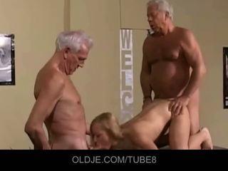 Appetizing млад блондинки в an стар тройка