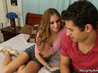 她 gets 它 什麼時候 他 spreads 她的 腿