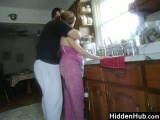 Χοντρός/ή ζευγάρι having σεξ σε ο κουζίνα