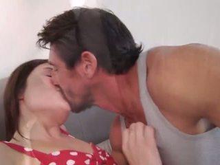 брюнетка, целуване, апликатура