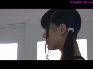 2 schoolgirls in opleiding jurk giving pijpen voor guy in de gym