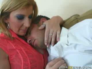 Énorme titties mère sarah jay