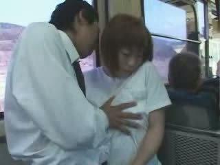 成熟 日本語 巨乳 媽媽 摸索 和 性交 在 總線 視頻