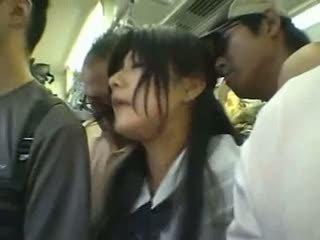 Сором'язлива дівчина gangbanged в a публічний потяг
