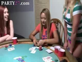 Μωρό babes γαμήσι επί πόκερ νύχτα