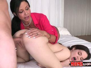 Hugetits äiti opettaa nuori kuuma pari