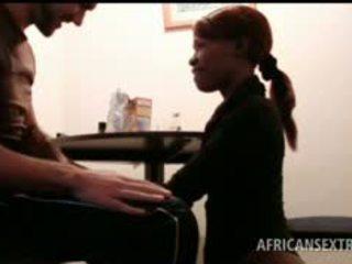 Afrikanisch hoe mund fucks weiß schwanz auf knees