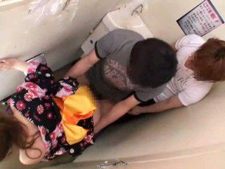 Famlet og knullet på offentlig toalett