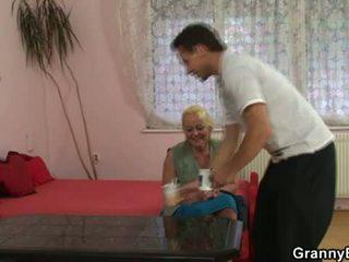 Bunicuta seduces tineri baiat pentru la dracu