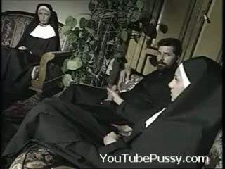 Italiaans priest met two nuns