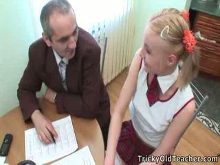 সুন্দর ছাত্রী pleases তার পুরাতন কোচ জন্য অধিক চমৎকার grades