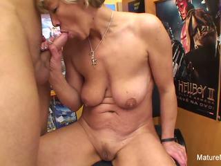 Секси блондинки възрастни fucks му в на видео магазин: hd порно e4