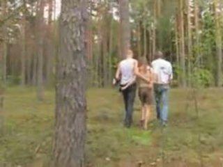 Amatur warga latvia bertiga dalam yang hutan