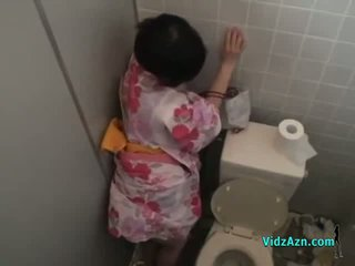 Asyano dalagita sa kimono fucked from behind pagbuga ng tamod upang puwit sa ang toilette