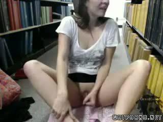 Sexy facultad nena masturbates en biblioteca