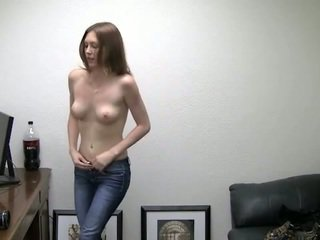 Alicia takes 她的 短褲 離. 她 needs 金錢