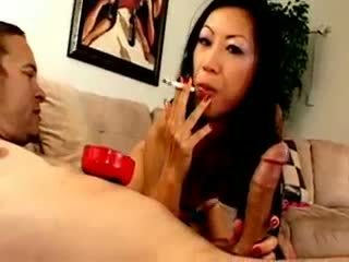 Chesty á châu chó dia zerva smokes và gives blowjob