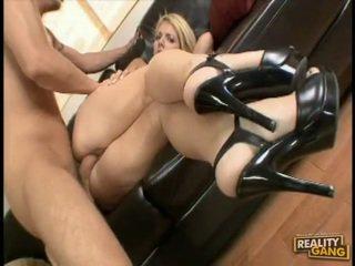 Pornósztár jamie lamore bows magát vége a ágy és acquires igazi banged