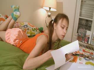Roztomilý přítelkyně doing nepříjemný homework