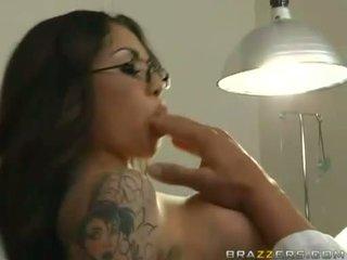Adrenalynn recieves une frais load de foutre sur son juteux bouche